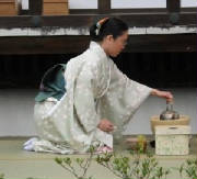 300px-seiza_woman_tea.jpg